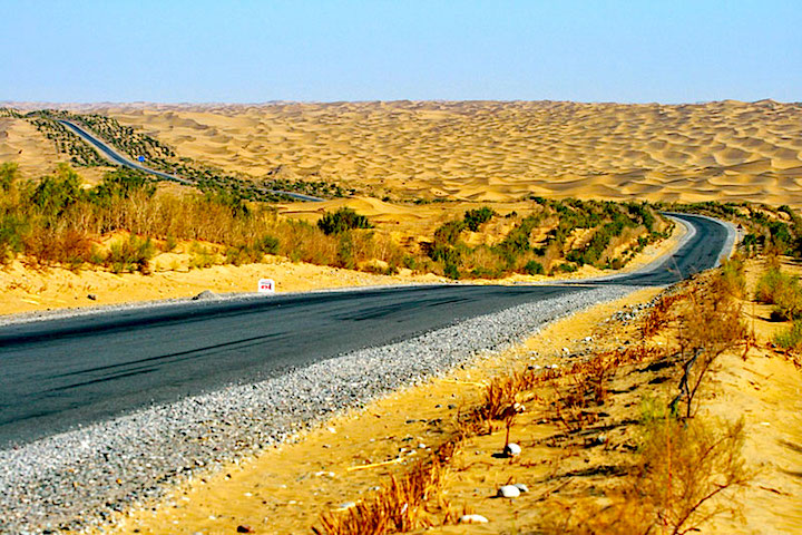 taklamakan-desert-photo-a-road-through-the-desert